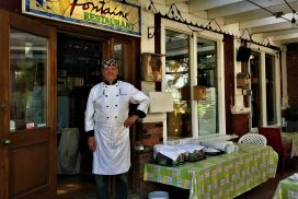 Lionel de Montis devant son restaurant À La Fontaine à Sutton. Photo Luc Giguère