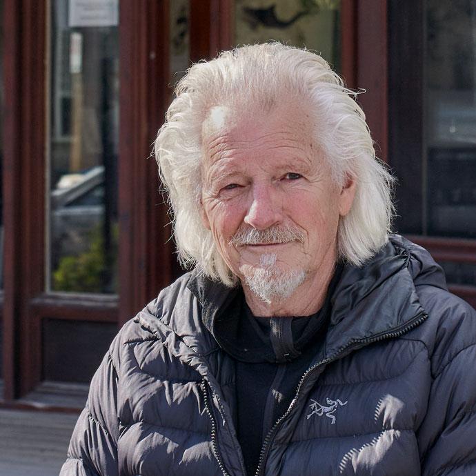 Michel Dupont, devant son atelier de Frelighsburg.